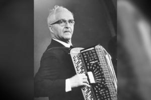 Calle Jularbo  är uppväxt i Östanbyn, redan som femåring inledde han sin dragspelskarriär. Han innehar ännu det skandinaviska rekordet i inspelade grammofonskivetitlar med 1 577 stycken.