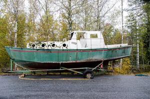 – Båten går säkert att fixa till om någon får den gratis,  tror Åke Mossberg, som är en av alla Norabor som undrar hur länge den ska stå där.