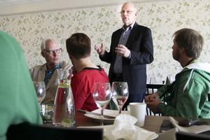 Staffan Nilsson (C) diskuterar EU-frågor på Bollnäs kulturkrog. Runt bordet sitter lokala centerpartister.