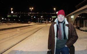 """Stressad. Stefan Karlsson blev stressad när tåget inte kom i tid. Han var på väg till ett arbetspass som flygledare på Arlanda och kunde inte komma åt någon information om förseningarna. """"Det är dåligt att det inte finns värdar på plats en sådan här kväll"""", tyckte han."""