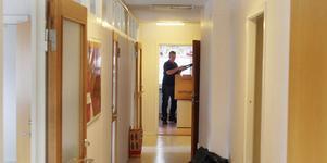 Lokalerna på Hotellgatan 2 tömdes på torsdagen. I bakgrunden är det Jan-Erik Skyttner som fyller en flyttkartong.