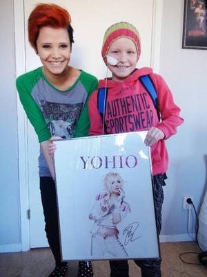 Mimmi Schönbeck har nu överlämnat sin inramade affisch med Yohios efterlängtade autograf till Ella Åkerblom. – Ella behövde den bättre än mig, säger Mimmi.