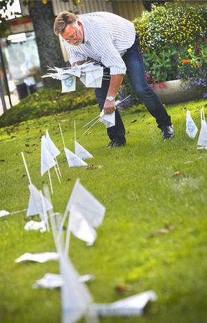 Moderaternas Regionsavdelning hade beställt runt 40000 flaggor till en sista minuten-kampanj inför valet.  Det är dem som Håkan Rönström nu städar upp.