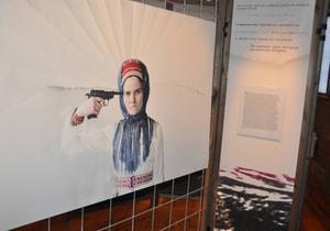 Utställningen består av livsberättelser, fotografiska porträtt och iscensatta bilder från anonyma och offentliga personer i Sverige, Norge och Finland.
