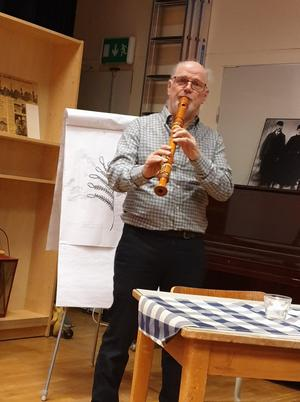 Gösta spelar välkomstmusik. Foto: Agneta Sjöberg