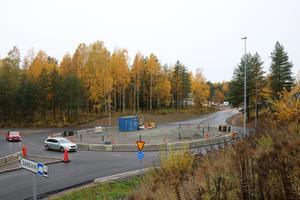 Bilarna kör för fullt i cirkulationsplatsen vid Fredriksgatan och Västerled. Fortfarande återstår att fixa till själva rondellen inuti cirkeln.