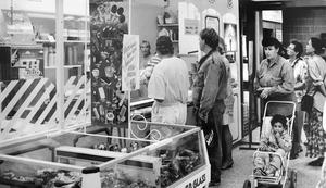 Kö vid glassbaren i Domus 1992. Foto: VLT:s arkiv