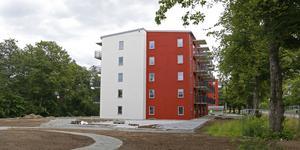 De två nybyggda hyreshusen ligger intill Josefsdalsvägen.