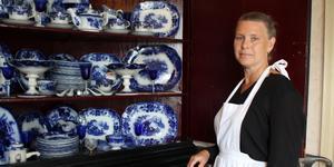 I paradskåpet finns Torsten Nordströms samling med porslin målat i dekortekniken flytande blått. Ingela Bäck är guide på Nordströms museum.