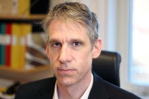 Lars Rönnegård, professor i statistik, hade väntat sig en svängning i metodvalen för ålderbedömningar, efter kritiken. Det har inte hänt.– Det gör mig både förbannad och frustrerad, säger han.