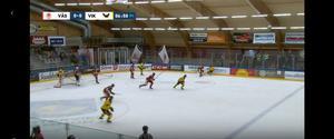 Här i den första perioden mot Västervik går Calle Ehrnberg omkull efter att ha fastnat i isen. Foten hamnar i en onaturlig position under honom och backen tvingas bryta matchen. Foto: Cmore