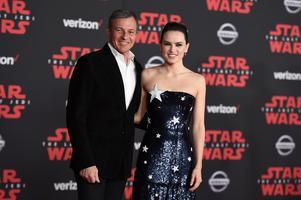Daisy Ridley gör rollen som huvudpersonen Rey. Här tillsammans med Walt Disney Companys vd Bob Iger under premiären i Los Angeles under lördagen. Foto: Jordan Strauss AP/TT