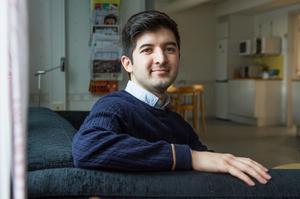 Reza Hossini flyttade från Östersund till Söderhamn när han blev antagen till lärarprogrammet i Gävle. Nu arbetar han tre dagar i veckan på högstadieskolan i Bergvik.
