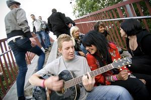 2007. Festivalbesökare underhåller själva på bron över tågrälsen. Foto: Janne Eriksson