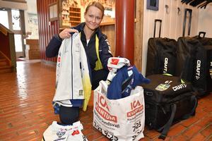 Malin Westehed som är marknadskoordinator för längdlandslaget såg en möjlighet att samla in gamla kläder och låta en sponsor sälja dem. Behållningen går för att bidra till klimatkompensering för landslaget, men samtidigt kommer gamla kläder också till nytta.