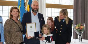 Ola Trouvé hade med sig familjen till prisutdelningen, hustrun Elisabeth och barnen Ebba, 11 och Carl, 9. Regionpolischef Carin Götblad delade ut medalj, diplom och blommor.