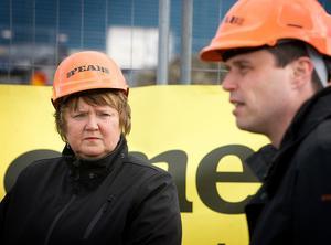 AnnSofie Andersson och Daniel Kindberg i samband med att Peab byggde Mekonomens butik och verkstad på Stadsdel norr.