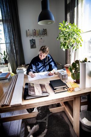 Anna Esbjörnsson jobbade senast i Stockholm.  2015 flyttade hon tillbaka och startade Lokatt arkitektur med kontor i Järvsö på Stenegård.