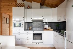 Köket i direkt anslutning till matplatsen. Foto: Utsikten Foto i samarbete med Fastighetsbyrån