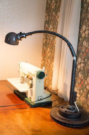 Malin ville ha en fransk industrilampa och hennes pappa hittade den här fina på sitt jobb som han tog hem till henne.