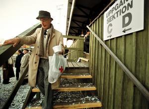 Gamla norra träläktaren 2002.  Kurt Wirestedt lämnar läktare som han var med att inviga 1923. Nu ska den rivas. Fotograf: Stig Nyström/NA