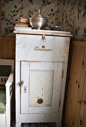 Den här gamla Temperatorn – ett tidigt kylskåp – fanns i huset och är en av de saker som Uffe och Cissi definitivt tänker behålla.