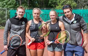 Tränare David Vessberg och Robin Lindh tillsammans med Tilde och Emelie.