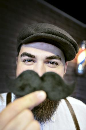 Dubbla mustascher. Haval Binbash donerar inkomsten den 8 november till forskning om prostatacancer, Mustaschkampen.