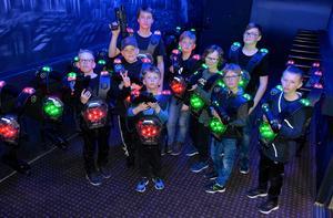 Efter en välkomstdrink och en trollkarlsshow får Mio spela laserspel med kompisarna Daniel Aronsson, Lucas Norberg, Oliver Bengtsson, Charlie Rönnqvist, Albin Nordling, Werner Ytterbom, Ludvig Lorås och lillebror Max Olert.
