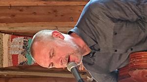 Trubaduren Jarmo Nykyri medverkade med känslosamma sånger vid Utviksgården på söndagen. Han kompletterade pastor Torsten Liljemarks betraktelser på ett utmärkt sätt. Foto: Uno Gradin