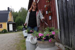 Monika Henriksson hjälper ibland sin granne med vattning för att det är roligt.