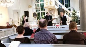 Umeåmusikerna Paulina Allberg, Tom Essberg och Olle Lindgren tillsammans med församlingens organist Eskil Lindbäck.