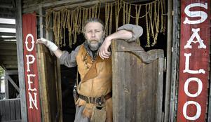 Vilda Västernorrland. Grundaren för Fort Kodiak, Benny Wahlberg slår snart åter upp svängdörrarna på Cimmaron Saloon, av de ståtligare byggnaderna i den unika västernstaden i Bjärtrå.