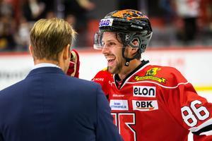 Mathias Bromé lägger ut texten för Sanny Lindström efter ett mål och tre assister mot  Växjö. Bild: Johan Bernström/Bildbyrån