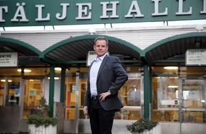 Johan Strömwall utanför sin nya arbetsplats.