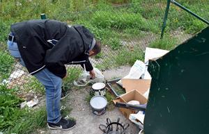 Miljöinspektör Fredrik Lehto vid en av de skräpiga återvinningsstationerna. Arkivbild.