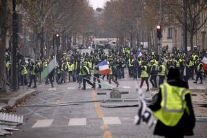 Gula västarna under upploppet i Paris den gångna helgen.