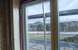 Från fönstret  syns Järvsö klack och Kyrkbyvågen.