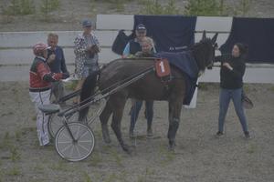 Östersundstravets Lars-Åke Svärdfält gratuleras efter att ha vunnit ett av loppen.