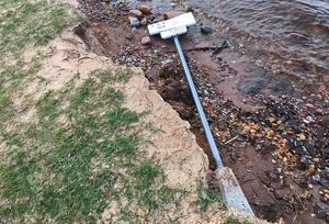 Badskylten tappade sitt fäste när marken försvann.