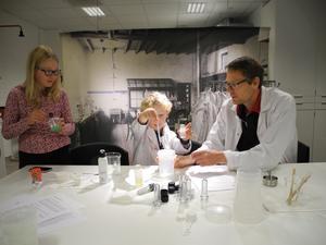 Valter Dyrke (5 år) och pappa Ulf är med och experimenterar på Kemins dag