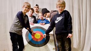 Martin Hedin-Nääs, Theo Sundin, Enoyat Amiri,Svante Jonasson, Simon Jonasson och Måns Hedin-Nääs gillar att skjuta med pil.
