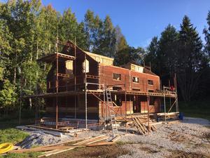 Stock för stock som ett pussel byggdes huset upp igen i Norra hagen i Torphyttan.