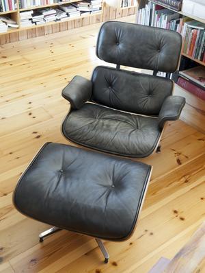 Här i sitt bibliotek satt Ingmar Bergman och läste. Fåtölj med fotpall