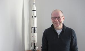 Ulf Brink och en modell av Saturn V. Foto: Bengt Landervik