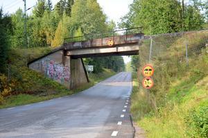 Järnvägsbron i Solvarbo är från 1930-talet och ska bytas ut. I samband med det kommer också vägen att grävas ur så att höjden upp till bron blir 4,5 meter.
