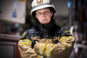 Att vara deltidsbrandman är ett seriöst och farligt yrke. Enligt Annica Östberg är det också ett av de mest spännande och viktigaste yrkena.