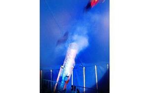 Här flyger Robin Valencia 30 meter över publiken. Foto: Roland Engvall