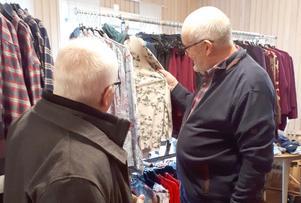 Kläder var på programmet när Seniorshopen fanns på plats vid SPF Rödöns månadsmöte i Aspås. Här är det Gudfast Hellby (till vänster) och Anders Selander som kollar utbudet. Foto: Gunilla Selander