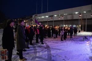 Ett fyrtiotal personer hade samlats framför Brotorgets scen för att manifestera mot mäns våld mot kvinnor.